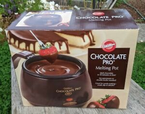 Wilton Chocolate Pro Melting Pot Fondue holds 2 1/2 cups chocolate easy clean
