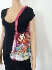sac à main DESIGUAL bandoulière rose fleuri porté épaule été femme