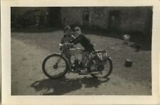 PHOTO ANCIENNE - VINTAGE SNAPSHOT - MOTO MOTOCYCLETTE PANNE DRÔLE - MOTORBIKE