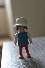 PLAYMOBIL - personnage ENFANT fillette chatain bob chapeau blanc pantalon rouge