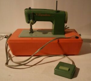 SIGNATURE WORKING CHILD'S SEWING MACHINE IN CASE WITH FOOT PEDAL