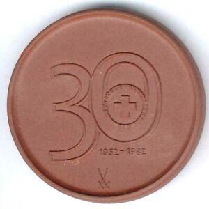 """Meißen Porzellan-Medaille """"30 Jahre Rotes Kreuz Dresden"""" 1982 in braun, D.49,7mm"""