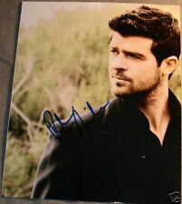 ROBIN THICKE AUTOGRAPH SIGNED SEXY CASUAL STUD PHOTO