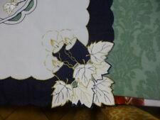 fétes= 88x88cm nappe carrée blanc ,bleue marine ;,surbrodages dorés  découpages