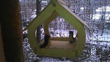 Vogelfutterhaus. Handarbeit aus Natur-Holz für Gartenvögel wetterfest