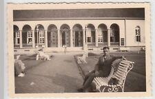(F20781) Orig. Foto Norderney, Herr sitzt vor Kurhotel 1937