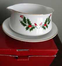ALL THE TRIMMINGS CHINA GRAVY BOAT UNDERPLATE 709190 XMAS HOLLY BERRY JAPAN NEW