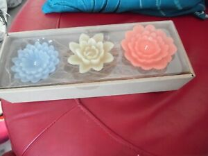NEW UNUSED CLINTONS 3 X CANDLES IN 4 INCH FLOWER SHAPES IN BOX ON BED OF STRAW
