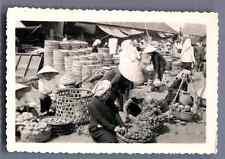 Vietnam, Vendeuses de fruits  Vintage silver print.  Tirage argentique d'
