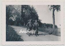 Foto Soldaten  Wehrmacht mit Fahrrad  1942  2.WK  (b826)