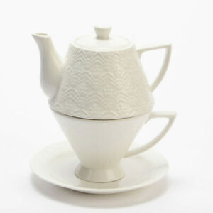 Teiera con tazza e piattino in porcellana bianca
