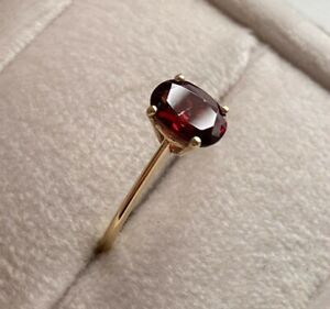 9ct Yellow Gold Red Garnet Oval Single Stone Ring Size Q