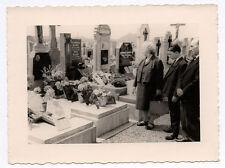 PHOTO ANCIENNE Snapshot Tombe Cimetière Croix Religion Vers 1960 Fleurs Groupe