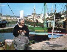 LESCONIL (29) DENTELLIERE & BATEAUX de PECHE Chalutier au PORT en 1976
