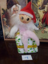 VINTAGE CHRISTMAS TREE DECORATION CINIGLIA elfo seduto su tessuto regalo NO.7