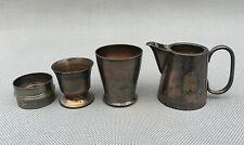 Lote de pequeños objetos de mesa de metal plateado vaso metálico servilletero