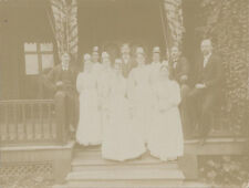 BEAUTIFUL 1920S PHOTO OF DOCTORS AND NURSES ON A PORCH