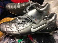 Nike TOTAL 90 in Taglia 5.5UK a 14 sterline Similpelle/Argento NUOVO con etichetta