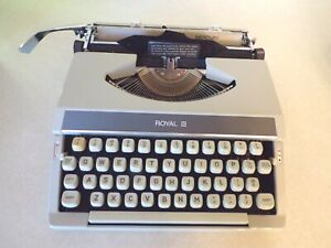 ROYAL MERCURY Compact Portable Manual TYPEWRITER with Cover/Carrying Case