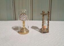 """Deux miniatures en métal """" Pendule et sablier """" ."""