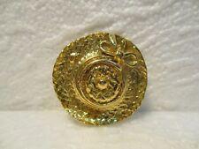 """Très joli broche, pince à foulard ronde en métal doré : """" Chapeau de paille """""""