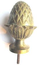 Petite boule d'escalier en bronze: Pomme de pin entourée d'acanthes