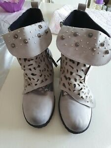 GREY/SILVER QUIRKY FUNKY ANKLE BOOTS SIZE 38 (5 )