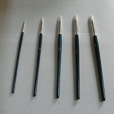 A set of 5 round nylon painting brushes / Un ensemble de 5 pinceaux en nylon