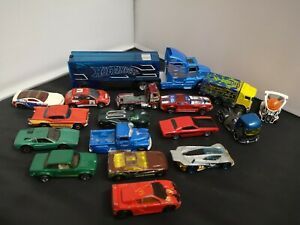 M18-HOT WHEELS CAR TRANSPORTER AND SIXTEEN CARS