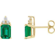 Chatham SINTETICO SMERALDO & 1/8 ct. tw. Orecchini di diamanti in 14K