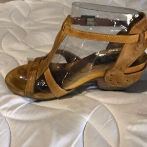 """EVERYBODY """"DON'T LET GO"""" Distressed Mustard Strappy Wood Heeled Sandals sz 6"""