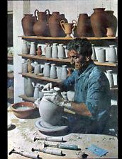 Artisanat (GRECE) POTIER au travail dans son ATELIER de POTERIE