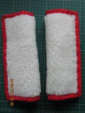 Ligeramente acolchada, imitación de cordero de lana, almohadillas de cubierta de cinturón de asiento de coche. borde rojo.