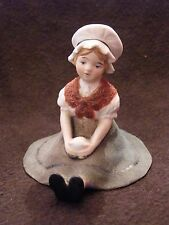 Petite fille assise en Porcelaine Allemande Marquage en Creux