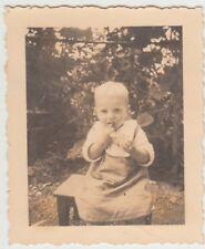 (F28679) Orig. Foto kleiner Junge auf Hocker im Garten 1930er