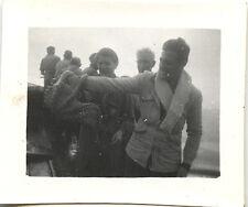 homme avec poulpe pieuvre dans la main - photo ancienne