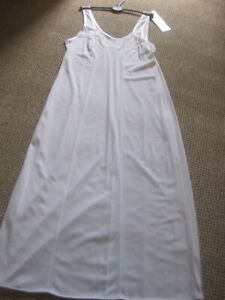 """WHITE FULL SLIP SIZE 8 LENGTH 26"""" NEW & TAG MARKS & SPENCER CLING RESISTANT LACE"""