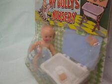 My Dollys Nursery, Plastik,Baby auf Schaukelpferd 10 cm+ Badewanne blau