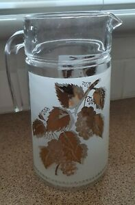 VINTAGE RETRO DRINKS JUG AND 4 MATCHING GLASSES FROSTED GOLD LEAF PATTERN