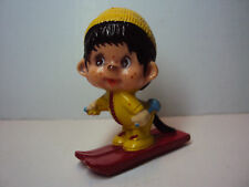 Monchhichi Sekiguchi auf roten Skier im gelben Anzug Mütze Monchichi  gebraucht