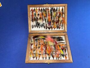 A COLLECTION OF 100+ SEA TROUT / SALMON FLIES IN A WOOD FLY BOX (F4)