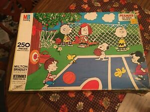 puzzle MB Peanuts gang 250 pieces  complete.  Charlie Brown, Lucy, Linus, snoopy