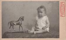 Photo cdv : De Greck ; Un bébé en pose avec un cheval de bois , vers 1900