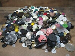 Vintage lot of over 1000 mixed buttons for craft or anything 1/4 to 1 1/2 inch
