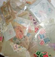 Lot de 70 pochettes cristal contenant des timbres tous pays