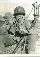 WW II - Usa  Photo --   GI Eating K Rations
