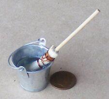 SCALA 1:12 grandi Secchio di metallo con l'acqua & Mocio Casa delle Bambole Accessorio Cucina