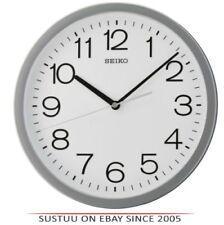 Horloges murales gris carrés pour le salon