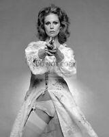 "JOANNA LUMLEY IN THE BRITISH TV PROGRAM ""THE NEW AVENGERS"" - 8X10 PHOTO (BB-917)"