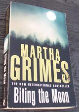 Biting the Moon von Martha Grimes (2000, Taschenbuch)